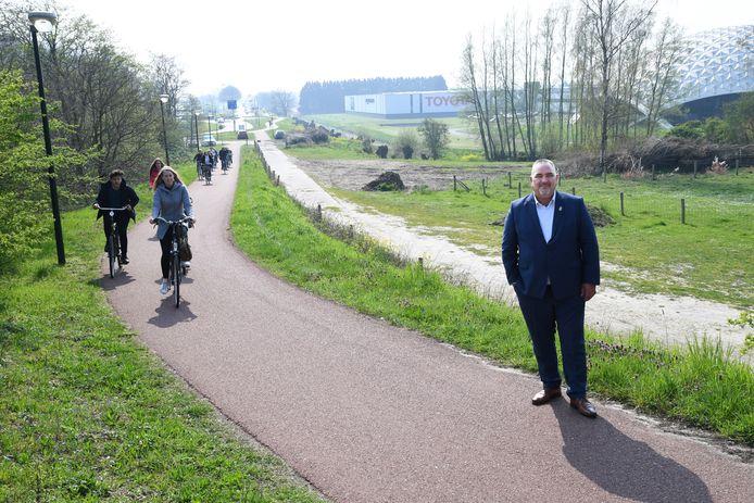 Wethouder John van Vugt op het stuk fietspad dat verdwijnt. Op de achtergrond het gebied waar de gemeente een nieuw fietspad wil, maar Rijkswaterstaat niet.