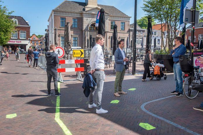 Eind mei: op de Markt in Harderwijk overlegt burgemeester Harm-Jan van Schaik met ondernemers in de binnenstad over maatregelen om bezoekers naar de winkels en terrassen te geleiden.