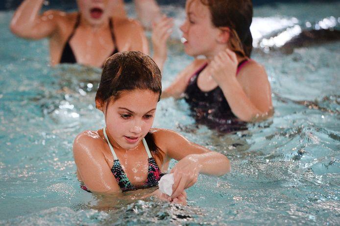 Schatduiken voor kinderen in het kader van de zwemvierdaagse Denekamp. Woensdag kon er voor het laatst gezwommen worden, de nieuwe coronamaatregelen laten voortzetting van de vierdaagse niet toe.