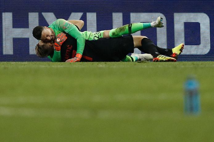 Rakitic en Subasic vallen elkaar (letterlijk) in de armen.