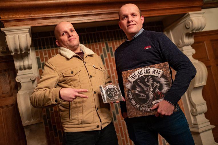 Bert (links) en Dries Van Dyck met hun cd en vinyl. De langspeler is net uitgekomen.