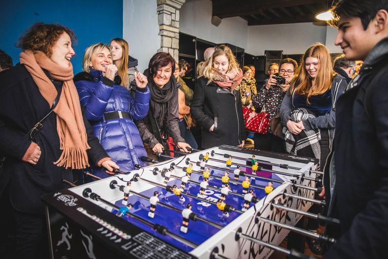 Minister Hilde Crevits waagde zich gisteren aan een potje tafelvoetbal met de jongeren.