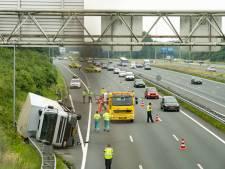 Vrachtwagen slaat om op ring Utrecht, veel hinder voor verkeer