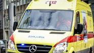 Bromfietser knalt tegen geparkeerde vrachtwagen