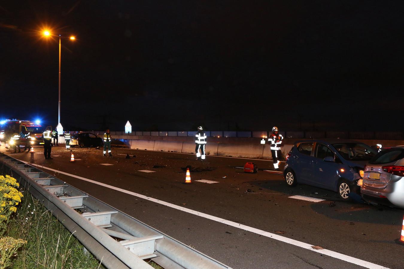 Bij een ernstige aanrijding met meerdere auto's op de A15 ter hoogte van de Maasvlakte, zijn vanavond meerdere inzittenden gewond geraakt.
