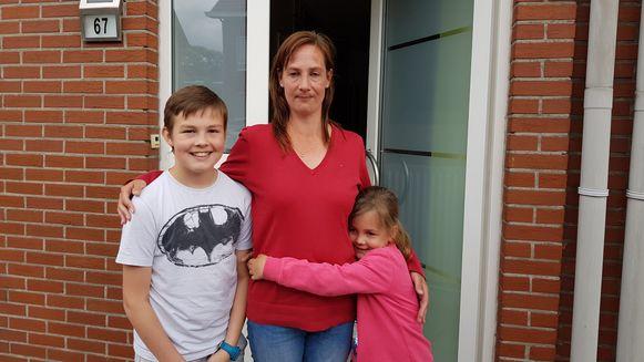 Buurtbewoonster Ann Van Gool met haar twee kinderen.