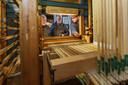 Erik Eenkhoorn (rechts) legt uit wat binnenin het orgel is te zien.