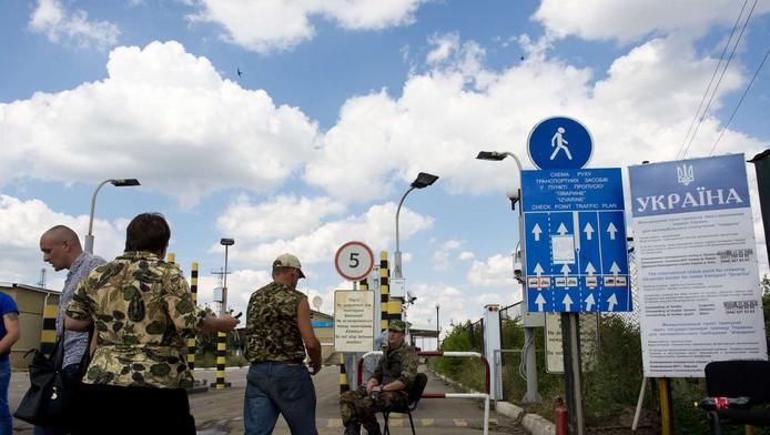 Inwoners van de Volksrepubliek Loegansk en de Volksrepubliek Donetsk bij Izvarino, op de grens tussen Rusland en Oekraïne.