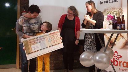 Degustatie Gilde schenkt cheque aan Debra