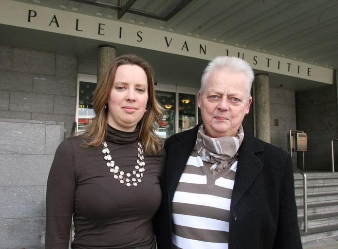 Archieffoto van Minke van de Ven (rechts), de moeder van de vermoorde Nadia, en Nadia's jongere zus Lucinda voor de rechtszaak in Arnhem.