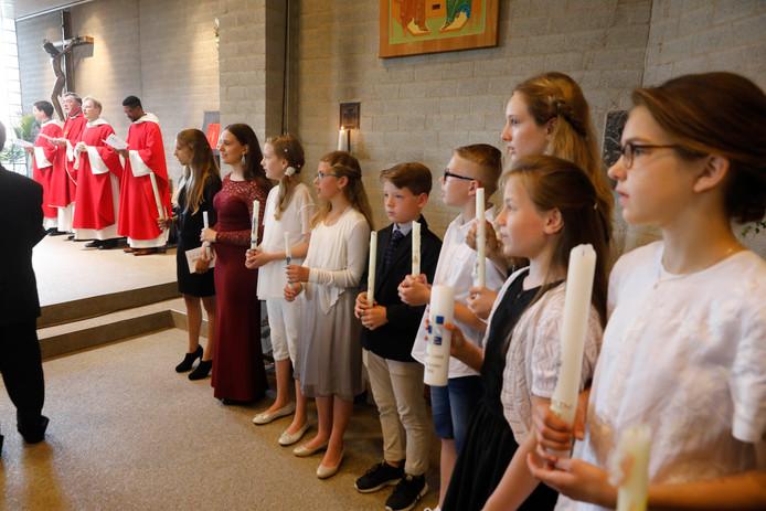 Jonge Nijmegenaren doen het vormsel in de Agneskerk.