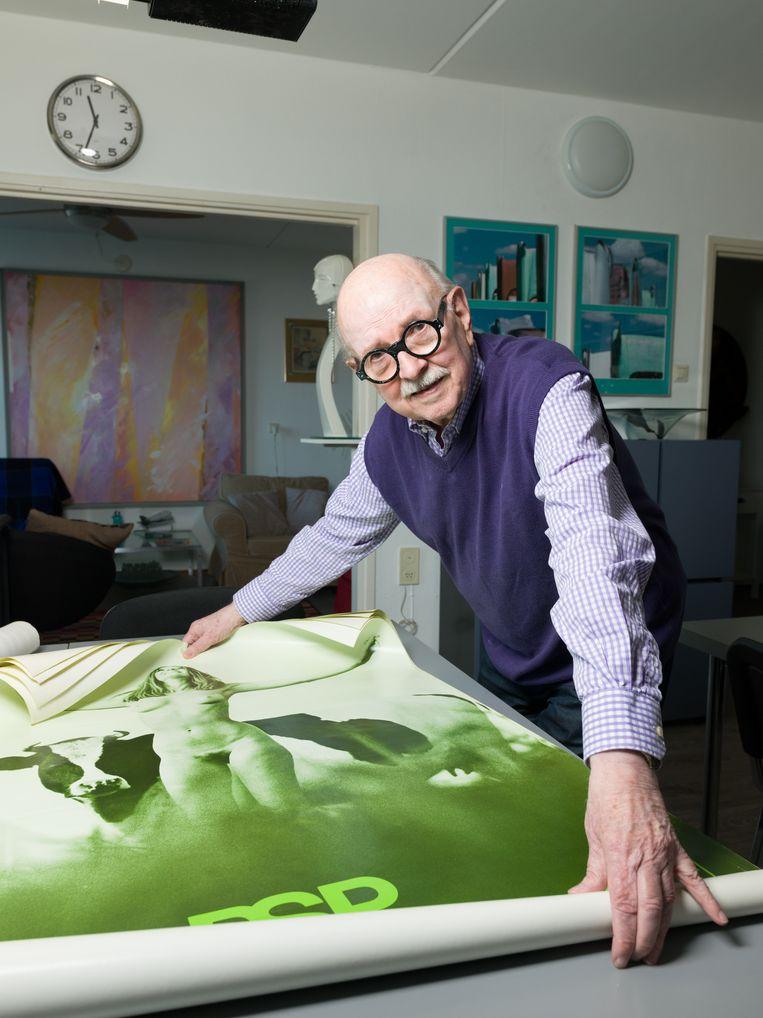 fotograaf Hendrik Jan Koldeweij in zijn woning in Den Haag Beeld Ivo van der Bent
