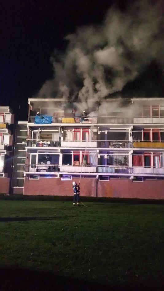 De brand richtte grote schade aan aan het appartementencomplex.