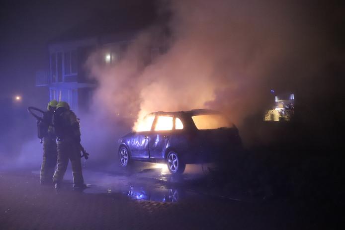 Een auto brand uit in Tiel.