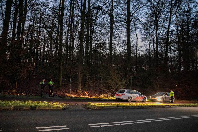 De politie aan de Wagnerlaan in Arnhem na de vondst van een overleden persoon vanmiddag.