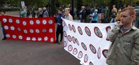Betogers bieden 4764 handtekeningen aan tegen windmolens in Lithse polder