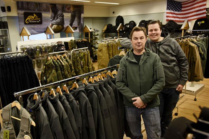 Cock Olijslager runt zijn winkel in beveiligingsartikelen samen met zijn zoon Bryan (rechts).