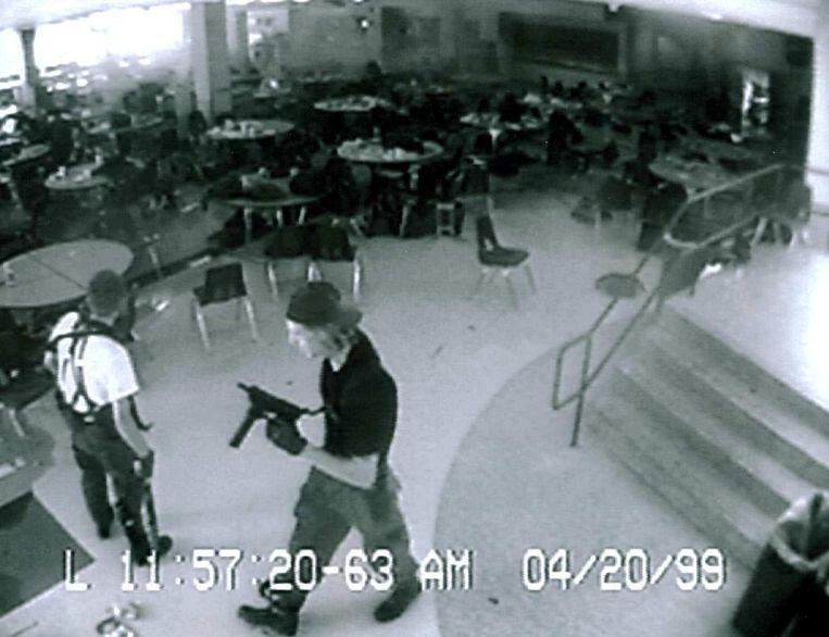 Dylan Klebold (rechts) die met zijn klasgenoot Eric Harris (links) twaalf studenten en een leraar doodschoot in de school van Columbine op 20 april 1999. Die schietpartij werd een inspiratiebron voor andere schutters.