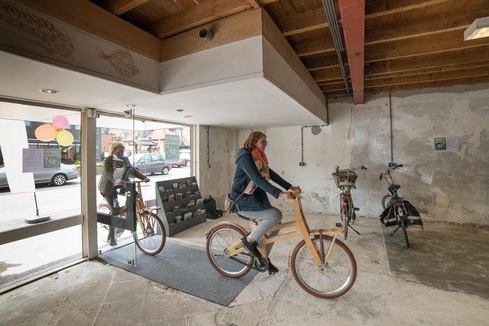 Wethouder Marije Storteboom opende in mei de bewaakte fietsenstalling in het centrum van Nunspeet.