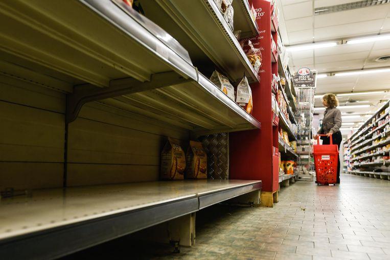 Veel supermarkten in het Italiaanse Lombardije kampen met lege schappen door de uitbraak van het corona-virus.  Beeld Photo News