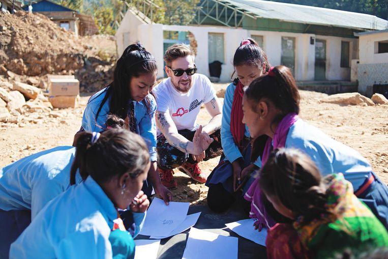 Selwyn Senatori ging naar Nepal en maakte daar met jongeren kunst. Beeld Jesaja Hizkia