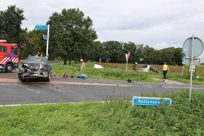Bij een ongeval op de Ruttenseweg zijn beide bestuurder bekneld komen te zitten in hun voertuigen. De brandweer heeft hen uit hun voertuigen moeten bevrijden