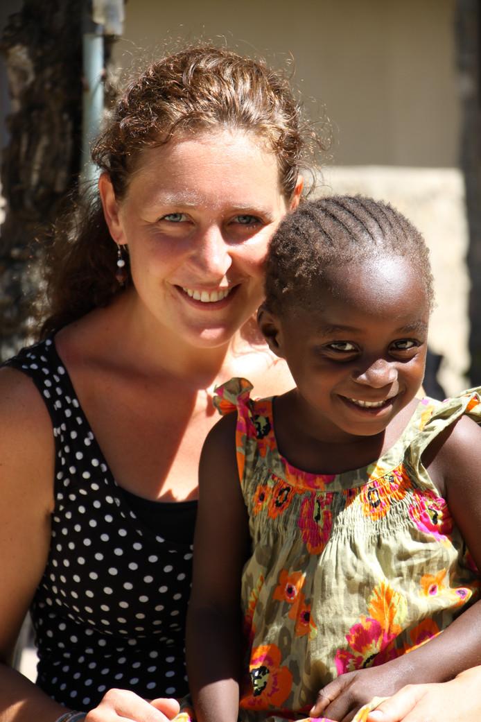 Arianne Dorst met één van de kinderen die wordt opgevangen in Kebene Children's Home.
