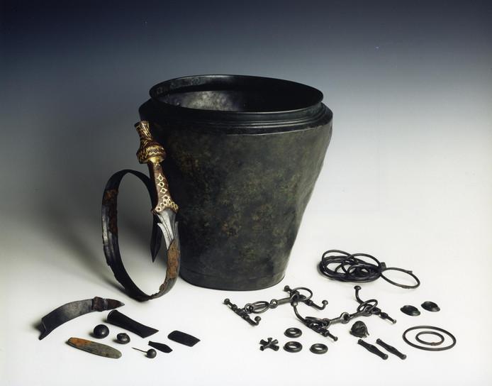 Het gebogen zwaard uit het vorstengraf met situla (grafemmer) waarin het met de overige bijgaven was opgeborgen. Foto Rijksmuseum voor Oudheden Leiden.