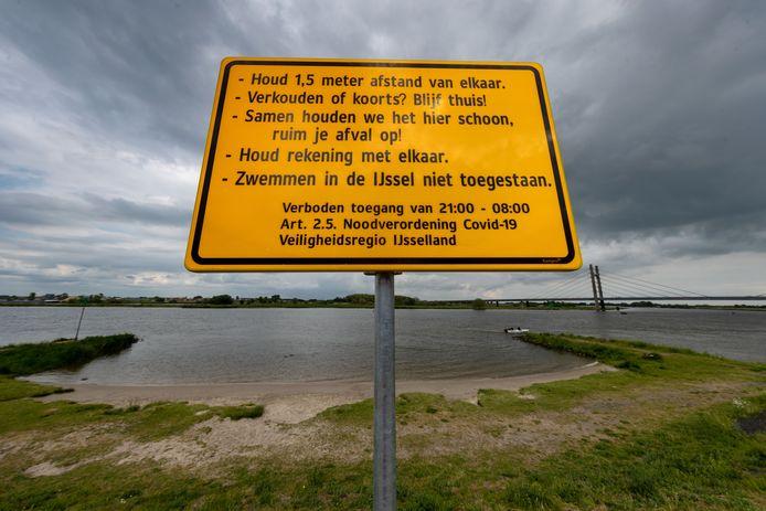 De strandjes langs de IJssel zijn vanaf 21.00 uur 's avonds verboden terrein. De gemeente heeft nieuwe borden geplaatst.