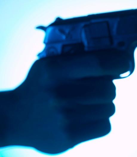 Vuurwapens gevonden bij inval in bedrijf Helmond