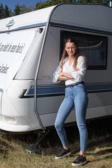 Lucia (23) kraakt woonwagenstandplaats in Almelo: 'Om mijn cultuur te bewaken, ben ik gaan kraken!'
