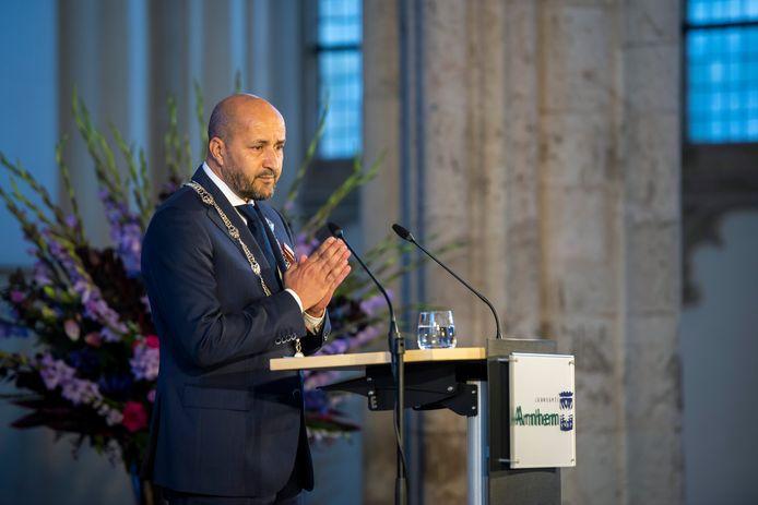 Burgemeester Ahmed Marcouch spreekt tijdens de herdenkingsbijeenkomst in de Eusebiuskerk voor de Slag om Arnhem, die 76 jaar geleden plaatsvond.