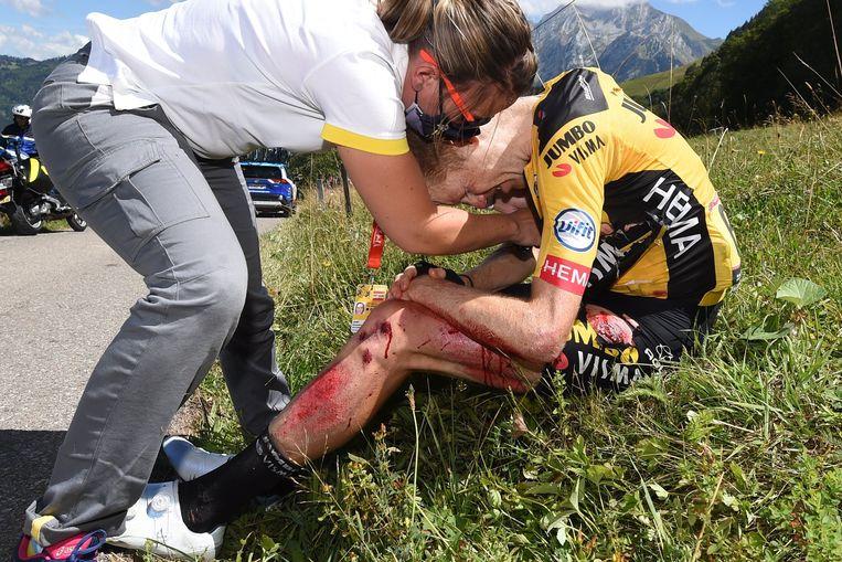 Steven Kruijswijk zaterdagmiddag na zijn valpartij in de vierde etappe van de Dauphiné Libéré.  Beeld Photo News