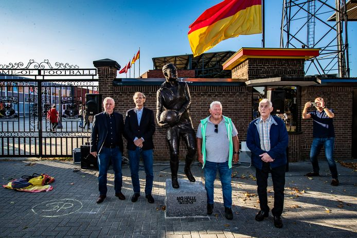 V.l.n.r. Dick Schneider, Ben Halle, Wietse Veenstra en Gerrit Niehaus bij het standbeeld van Leo.