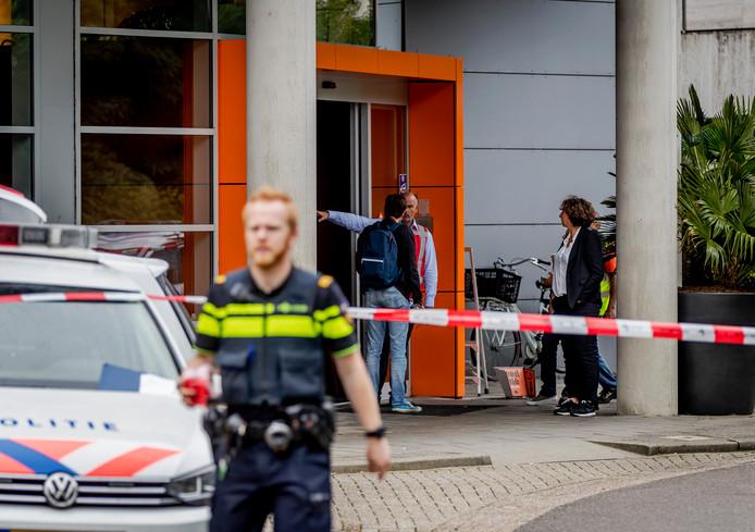 Het NPO gebouw werd afgezet en werknemers werden naar buiten begeleid.