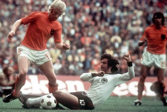 Wim Rijsbergen (l) in duel met Gerd Müller in de WK-finale van 1974.