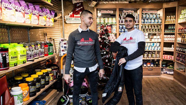 Annass Hajjam en Rachid Moussaoui op de Haagse Markt in de Body & Health Shop. Beeld Freek van den Bergh / de Volkskrant