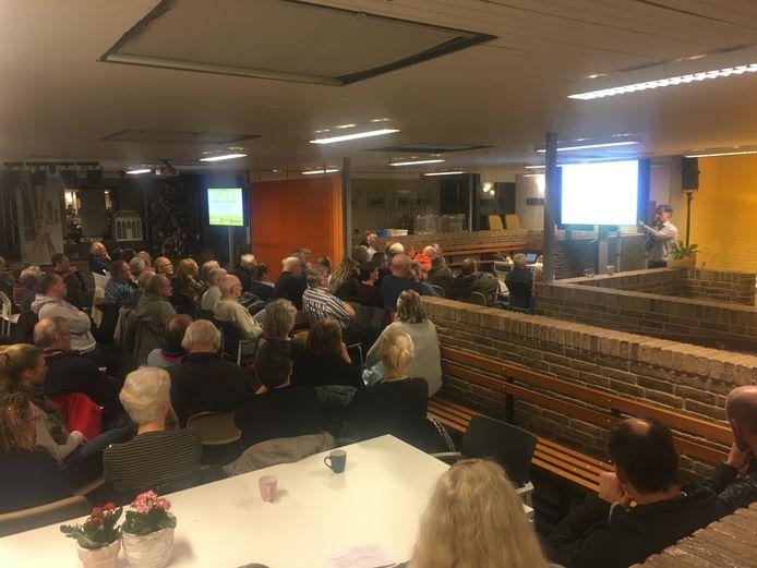 Omwonenden van het Kanaalpark tijdens de presentatie van De Adelaar.