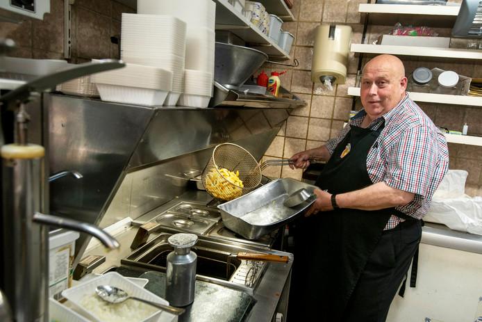 Rinus Klaassen van snackbar De Saks in Arnhem: ,,Friet is klaar als 't sist.''