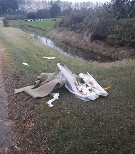 Afval gedumpt in berm Meidoornweg Sprang-Capelle