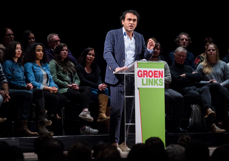 Zihni Özdil geeft een speech tijdens een verkiezingsbijeenkomst van GroenLinks.  Beeld ANP