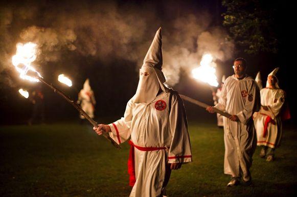 Leden van de Ku Klux Klan. Adam Thomas tooide zich in kledij van de racistische organisatie.