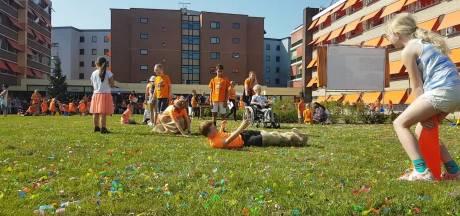 Leerlingen en bewoners verpleeghuis Hengelo vieren samen Koningsspelen