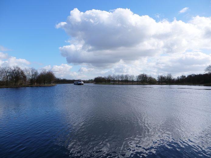 Waar kanalen elkaar kruisen. Pierre Heesakkers maakte door het jaar heen meerdere foto's van de kop van de landtong, gezien vanaf Beek en Donk. Rechts is het horeca-paviljoen 't Gulden Land gepland.