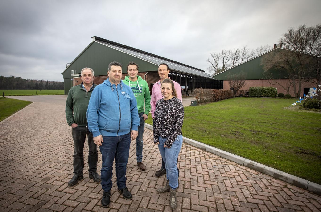 Alfons uit het Broek, Martin Oldenhof, Sjoerd Ribberink, Martin Westerik en Anouk Veldscholten (vanaf links) voor de stallen aan de Puttenpostweg. Daar komen in het voorjaar zonnepanelen op te liggen.
