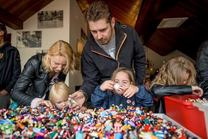 De familie Lamers uit Hengelo speurt naar ontbrekende poppetjes.