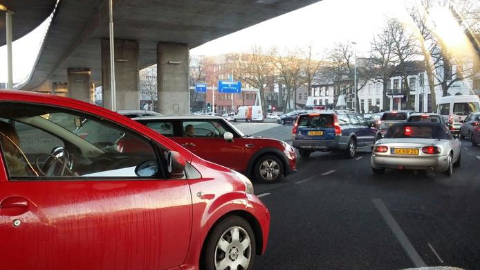 Verkeer dat het centrum van Arnhem in wil staat vast onder de Nelson Mandelabrug.