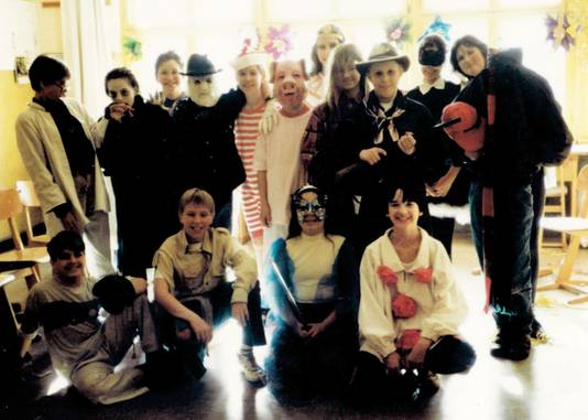 Manuel (rechtsonder) met zijn Berlijnse klasgenootjes tijdens een verkleedfeestje