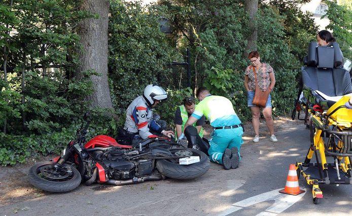 Hulpdiensten bij de gewonde motorrijder in Helvoirt.