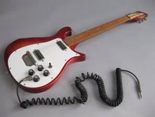 Deze dure gitaar ligt bij de Zwolse kringloop: 'Soms heb je een toevalstreffer'